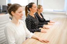 mulheres meditando
